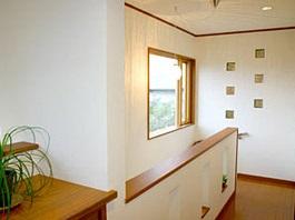 暖かい光が差し込むガラスブロックのアクセントを楽しむ家06