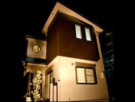 暖かい光が差し込むガラスブロックのアクセントを楽しむ家01