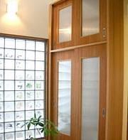 暖かい光が差し込むガラスブロックのアクセントを楽しむ家02