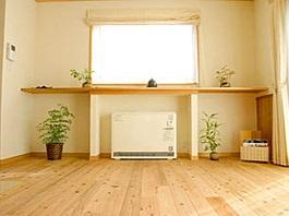 暖かい光が差し込むガラスブロックのアクセントを楽しむ家09