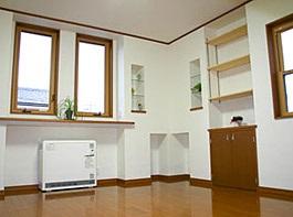 暖かい光が差し込むガラスブロックのアクセントを楽しむ家05