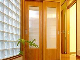 暖かい光が差し込むガラスブロックのアクセントを楽しむ家03