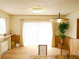 暖かい光が差し込むガラスブロックのアクセントを楽しむ家11