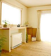 暖かい光が差し込むガラスブロックのアクセントを楽しむ家10
