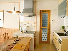 暖かい光が差し込むガラスブロックのアクセントを楽しむ家07