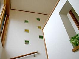 暖かい光が差し込むガラスブロックのアクセントを楽しむ家04